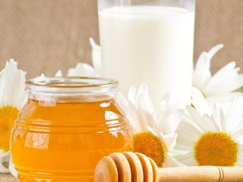 Milk with Pure Honey to Remove Dark Circles