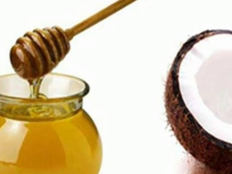Oil with Pure Honey to Remove Dark Circles